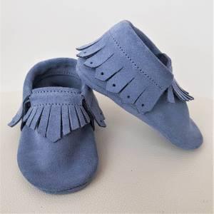 skórzane kapcie dla dzieci do przedszkla jak mokasyny z frędzelkami niebieskie