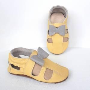 na zdjęciu widać lekkie skórzane sandałki dziecięce a´la paputki idelane kapcie do przedszkola i ich miękkie podeszwy sweetbaby.pl