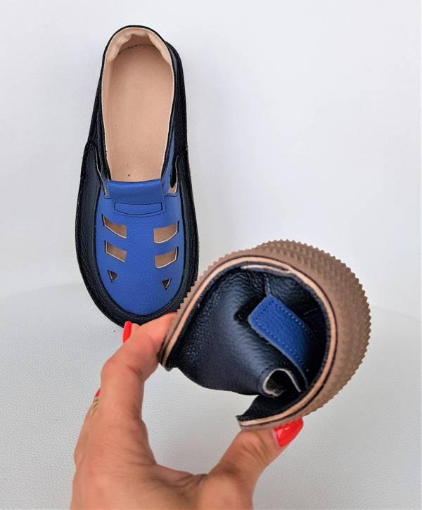 na zdjęciu widać lekkie sandały barefoot dziecięce na rzepy idelane kapcie do przedszkola na rzepy - wzór Bosa Stopka dla dzieci i miękkie podeszwy