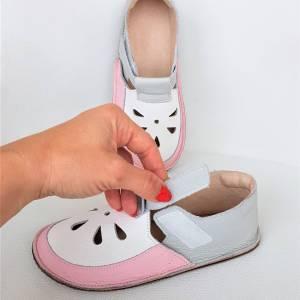na zdjęciu widać lekkie sandałki dziecięce na rzepy idelane kapcie do przedszkola na rzepy - wzór Bosa Stopka dla dzieci i miękkie podeszwy