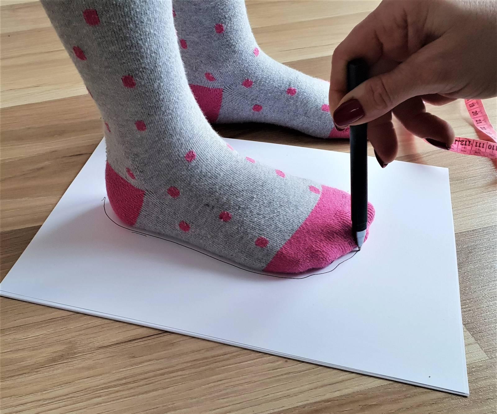Jak zmierzyć stope dziecka, pomiar stopy dziecka, kapcie do przedszkola, kapcie dla dzieci, sandałki dziecięce,